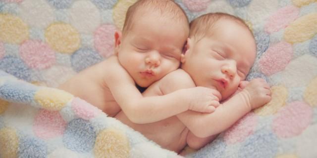 Historia prekëse e çiftit të ri, binjakët lindin me leuçemi, nëna 20-vjeçare apel për ndihmë