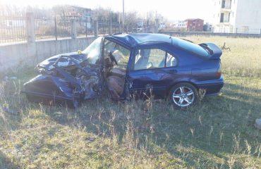 Aksident në Konispol, makina del nga rruga, humb jetën babi pasagjer, shpëton i biri shofer