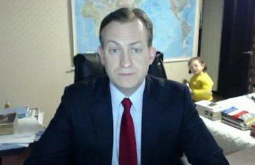 "Angli, fëmijët i ndërpresin intervistën ""live"" babait (Video)"