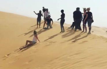 Rod Stewart simulon një ekzekutim si ISIS, por kërkon falje (Video)