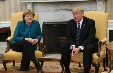 Trump shpërfill Merkel, nuk i jep dorën në zyrën ovale (Video)