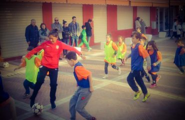Ambasada e SHBA: Trajneri amerikan, futboll me fëmijët në Pazarin e Ri
