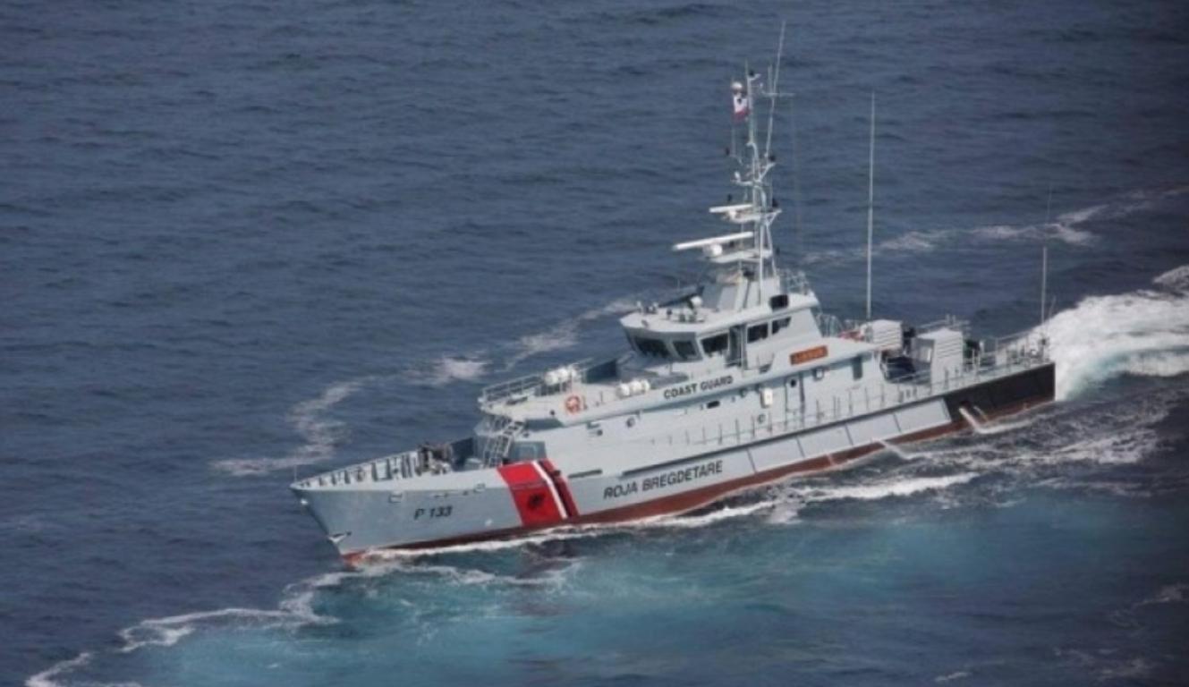 Po mbyteshin në det, 3 persona shpëtohen nga Forca Detare