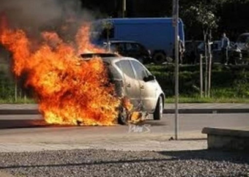 Makina përfshihet nga flakët në Berat, policia informon mbi ngjarjen