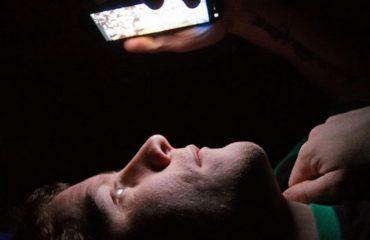STUDIMI/ Përdorimi i celularëve para gjumit mund t'ju verbojë