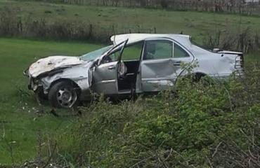Makina del nga rruga në Bulqizë, plagosen rëndë vëlla e motër
