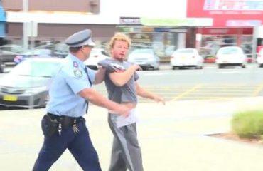Australi, polici arreston të dehurin direkt në tv (Video)