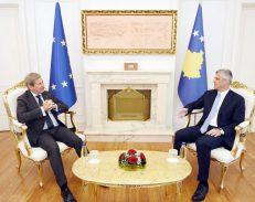 Thaçi reagon ndaj Hahn: Kosova e izoluar, BE-së nuk i bëhet vonë për ne!