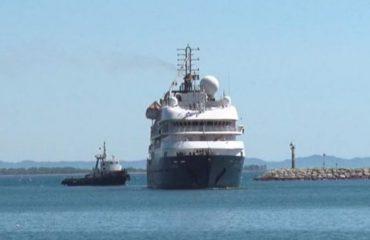 Kroçera e parë me 600 turistë nga e gjithë bota, prek portin verior të Shëngjinit