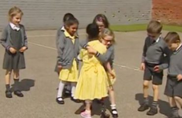 Vajza shkon në shkollë me protezë në këmbë, shokët e surprizojnë (Video)