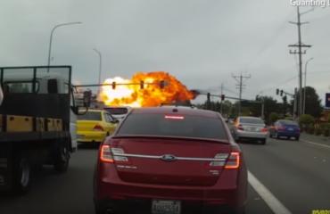SHBA, avioni bie mbi makina në autostradë (Video)