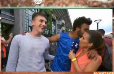 Tenisti francez tenton të puthë gazetaren 'live' (Video)