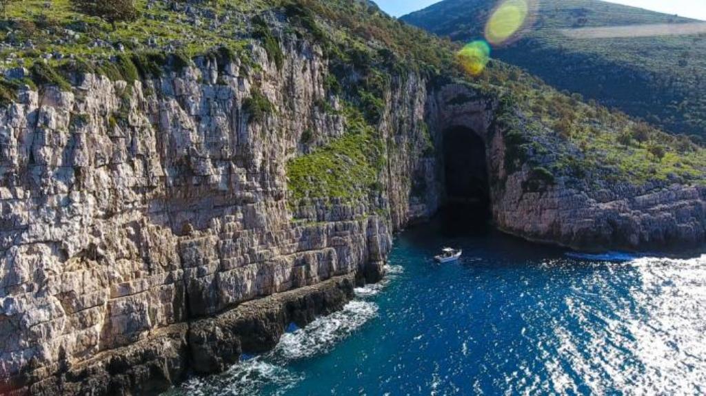 Shpella e Haxhi Aliut, shpella më e madhe e bregdetit shqiptar