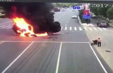 Kinë, aksident i frikshëm mes motorit dhe kamionit (Video)