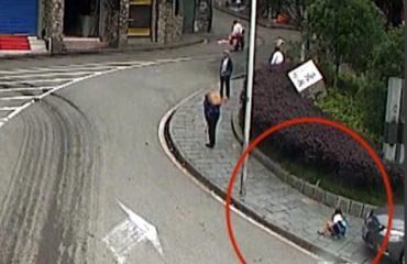 Kinë, vogëlushi shtypet nga makina ndërsa luante në trotuar (Video)