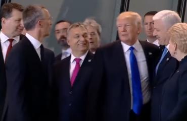 Trump shtyn kryeministrin malazez për të dalë i pari (Video)