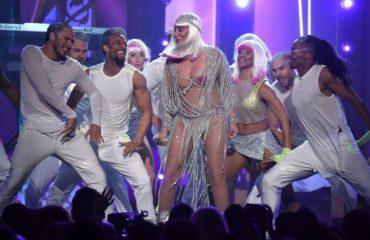 Sapo mbushi 71 vjeçe, por Cher s'e ka problem të zhvishet (Foto)