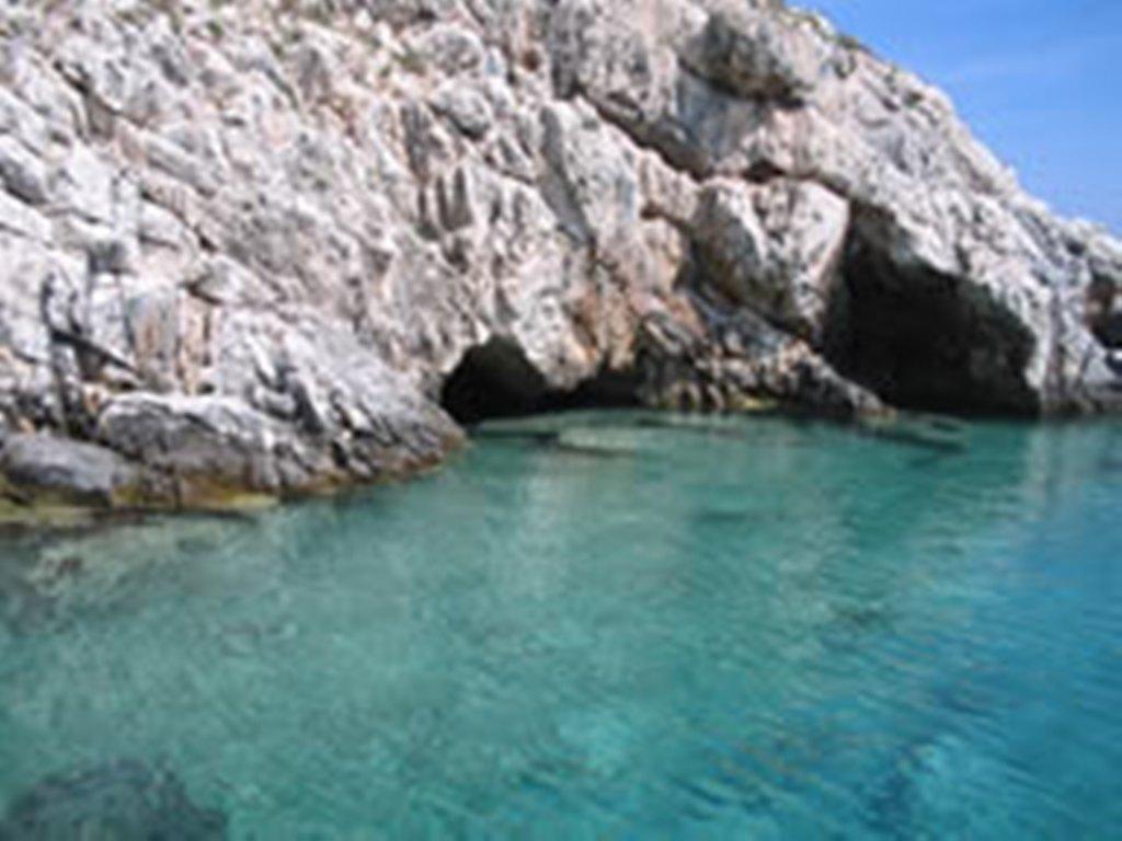 Shpella e Duk Gjonit, një destinacion i rëndësishëm turistik përgjatë Karaburunit