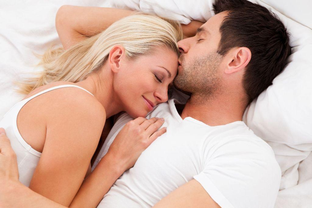 Më pak stres nëse flini të përqafuar me njeriun që doni
