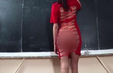 Mësuesja në klasë pa të brendshme, nxënësit qeshin (Video)