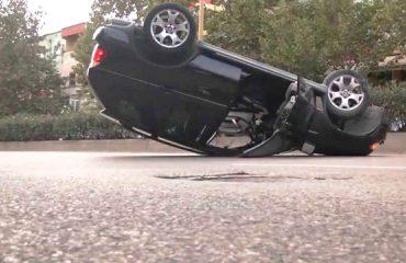 Po jepnin spektakël shpejtësie, përmbyset makina, dy të plagosur në Elbasan