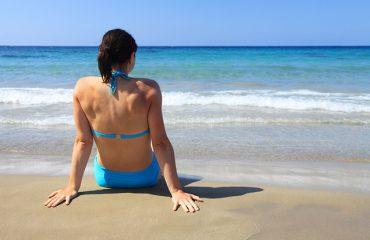 Infeksionet e lëkurës, kujdesi nga uji plazheve dhe pishinave