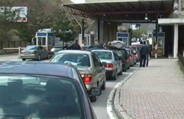 Rradhë kilometrike në Kakavijë dhe Kapshticë, qytetarët denoncojnë: Ata me letra greke kalojnë lehtësisht
