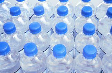 Shishet plastike, rreziku që vjen nga përdorimi i shpeshtë sidomos në verë