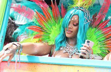 """Rihana """"mahnit"""" Barbadosin me veshjen e saj"""