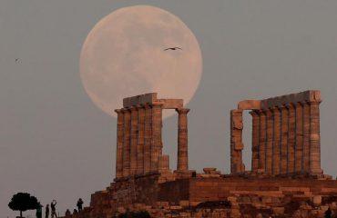 FOTO – SPEKTAKËL / Hëna zbukuron tempullin e zotit të deteve