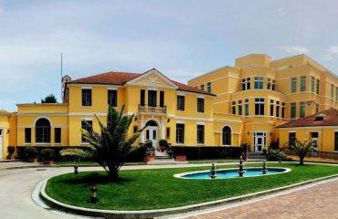 SHBA shpall vende pune, ambasada në Tiranë jep udhëzimet
