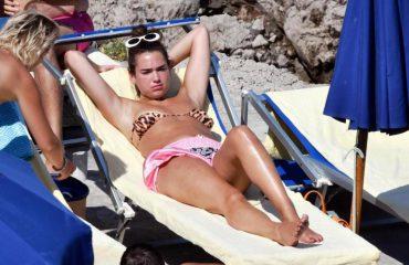 Dua Lipa tregon trupin e mahnitshëm, me bikini për pushime në Itali