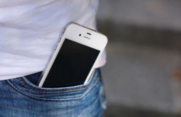 Studiuesit këshillojnë meshkujt: Mos i mbani telefonat në xhep, mund të mos bëni dot fëmijë