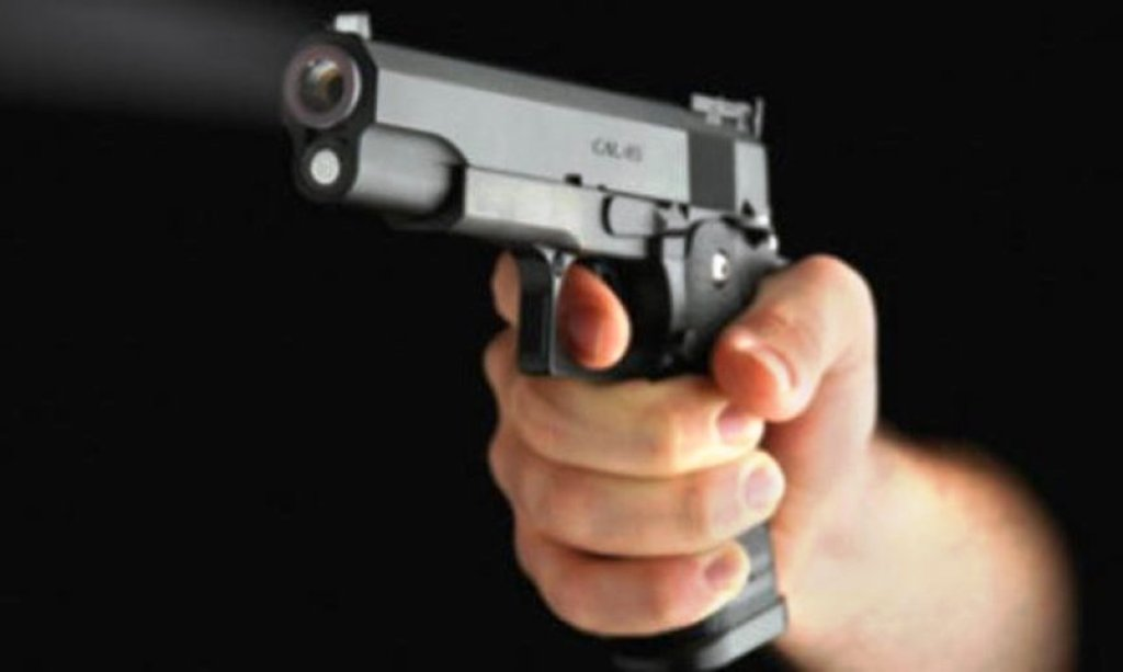 """ZBARDHET KRIMI/ 25-vjeçari po """"lozte"""" me pistoletë, vrau shokun nga pakujdesia dhe mori arratinë"""