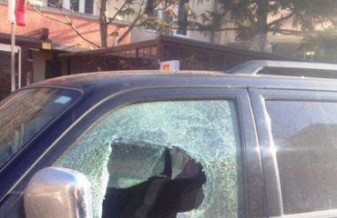 Thyente xhamat e makinave për të vjedhur lekë dhe sende të çmuara, arrestohet 23-vjeçari