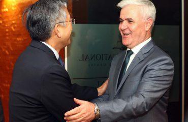 Ministri Xhafaj pret në takim ambasadorin Lu, flitet për vettingun në polici