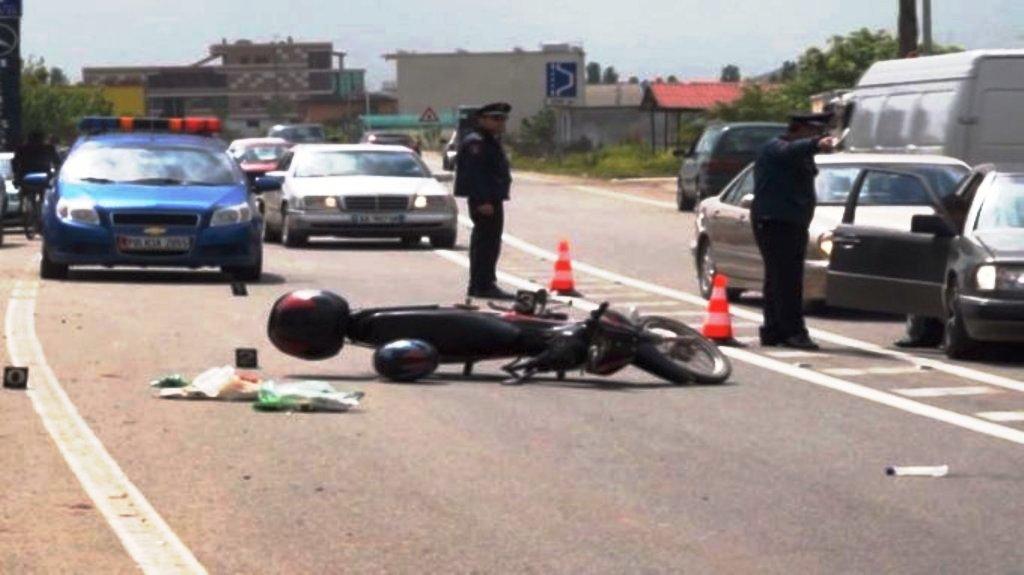 Makina përplas motoçikletën, plagoset drejtuesi