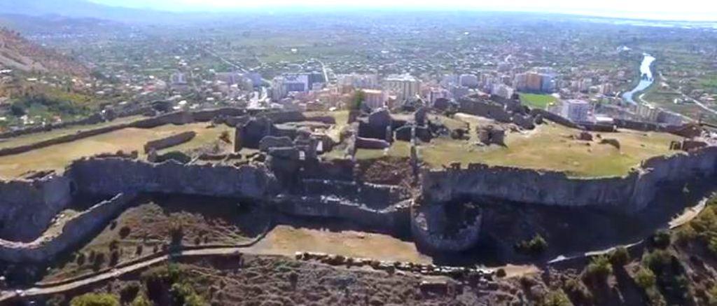 Video / Kryeministri Edi Rama e nis ditën me Kalanë e restauruar të Lezhës