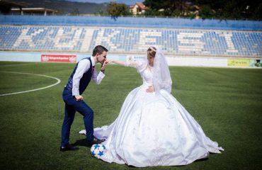 Si mund t'i mungonte Kukësi para martesës! Çifti i ri në stadium plot krenari