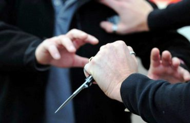 Përleshje me thika në bulevard, një i plagosur, në kërkim autori