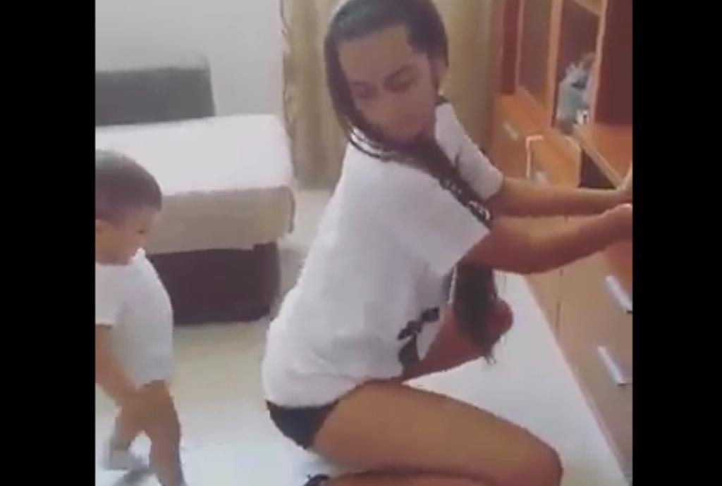 Kaq i vogël, por shikoni çfarë bën ky djalë (Video)