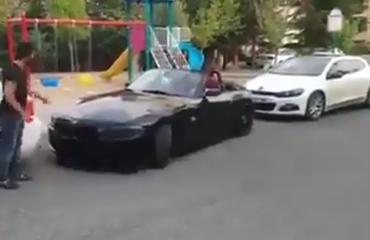I bllokuar në parkim, por shikoni çfarë i ndodh këtij shoferi (Video humoristike)