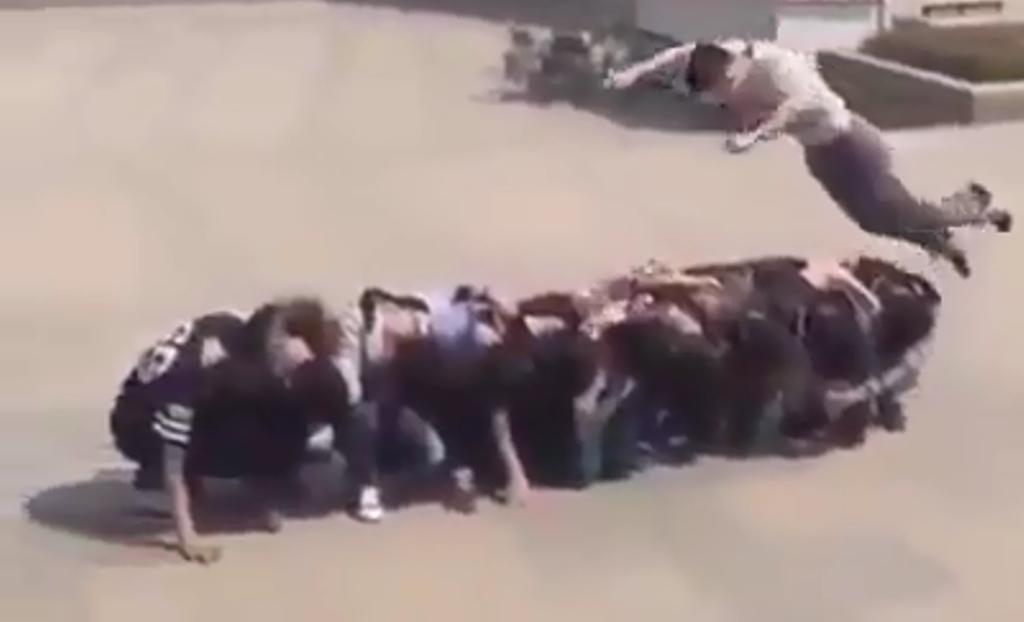 Kaladibrançe moderne, çfarë spektakli që bën ky adoleshent (Video )