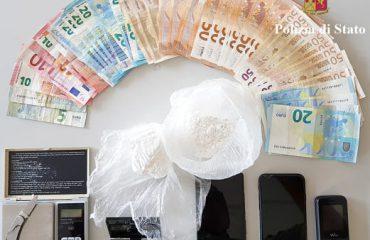 Arrestohet 27-vjeçari shqiptar në Itali, iu gjetën në shtëpi kokainë, marijuan dhe mijëra euro