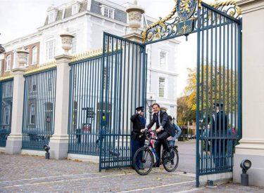 Kontrasti me vendin tonë! Dekretimi i qeverisë së re, Kryeministri holandez para Pallatit Mbretëror