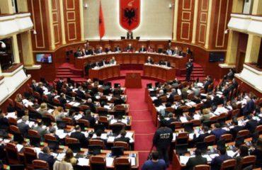 """LEGJISLATURA IX/ Mbyllet Kuvendi, aty ku """"plasi lufta"""" për ministrat e Brendshëm"""