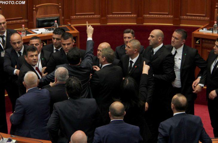 PD bllokon sërish foltoren e Kuvendit, Ruçi përjashton Nokën nga seanca