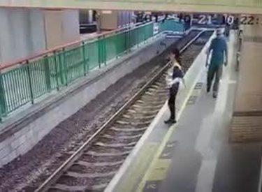 Video shokuese, ky është momenti kur e hedhin një grua në binarët e trenit (Video)
