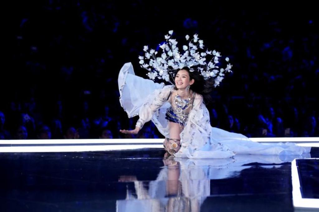 Spektakli i Victoria's Secret, modelja kineze rrëzohet në skenë por...