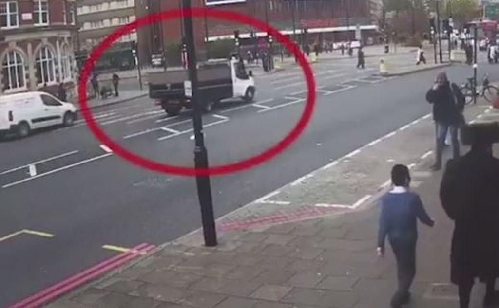 Momenti tronditës, kamioni përplas këmbësorin dhe largohet (Video)